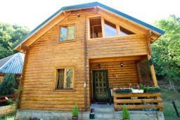 Фасад дома. Черногория, Колашин : Уютный деревянный дом в Колашине с 3-мя отдельными спальнями, с большой гостиной.
