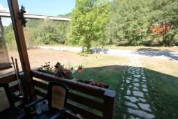 Терраса. Черногория, Колашин : Уютный деревянный дом в Колашине с 3-мя отдельными спальнями, с большой гостиной.
