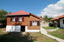 Фасад дома. Черногория, Колашин : Уютный дом в Колашине с 2-мя отдельными спальнями и с террасой.