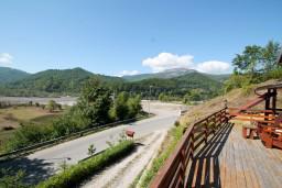 Вид. Черногория, Колашин : Деревянный дом в Колашине с 2-мя отдельными спальнями
