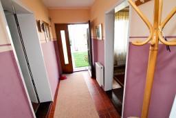 Коридор. Черногория, Колашин : Уютный 2-х этажный домик в Колашине с 3-мя отдельными спальнями.