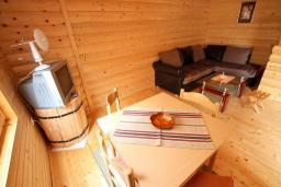 Гостиная. Черногория, Колашин : Деревянный 2-х этажный дом с отдельной спальней на втором этаже в Колашине
