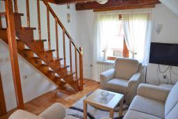 Гостиная. Черногория, Колашин : Большой 2-х этажный апартамент для 6 человек, с 2-мя спальнями на втором этаже и одной на третьем, Колашин, Черногория.