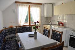 Кухня. Черногория, Колашин : Большой 2-х этажный апартамент для 6 человек, с 2-мя спальнями на втором этаже и одной на третьем, Колашин, Черногория.