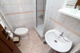 Ванная комната. Черногория, Колашин : Большой 2-х этажный апартамент для 6 человек, с 2-мя спальнями на втором этаже и одной на третьем, Колашин, Черногория.