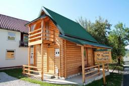 Фасад дома. Черногория, Колашин : Уютный деревянный дом с отдельной спальней на втором этаже, Колашин, Черногория.