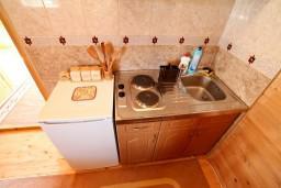 Кухня. Черногория, Колашин : Уютный деревянный дом с отдельной спальней на втором этаже, Колашин, Черногория.