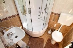 Ванная комната. Черногория, Колашин : Уютный деревянный дом с отдельной спальней на втором этаже, Колашин, Черногория.