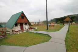 Фасад дома. Черногория, Жабляк : Бунгало с кухней и гостиной на первом этаже, 2-мя отдельными спальнями на втором на Жабляке