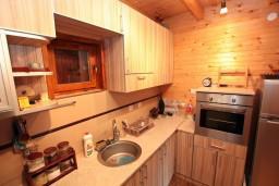 Кухня. Черногория, Жабляк : Уютный 2-х этажный деревянный дом,2 отдельных спальни