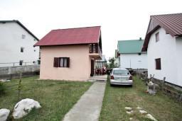Фасад дома. Черногория, Жабляк : 2-х этажный дом с большой спальней на втором этаже