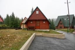 Фасад дома. Черногория, Жабляк : Бунгало с двумя отдельными спальнями на Жабляке.