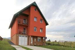 Фасад дома. Черногория, Жабляк : Современный дом с 4-мя отдельными спальнями на Жабляке.
