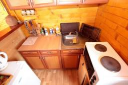 Кухня. Черногория, Жабляк : Уютный деревянный дом с 4-мя отдельными спальнями на Жабляке.