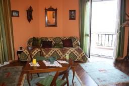 Гостиная. Черногория, Росе : Апартамент для 8 человек с двумя отдельными спальнями, с двумя ванными комнатами, с балконом и шикарным видом на море