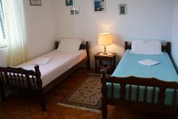 Спальня. Черногория, Росе : Апартамент для 8 человек с двумя отдельными спальнями, с двумя ванными комнатами, с балконом и шикарным видом на море