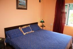 Спальня 2. Черногория, Росе : Апартамент для 8 человек с двумя отдельными спальнями, с двумя ванными комнатами, с балконом и шикарным видом на море