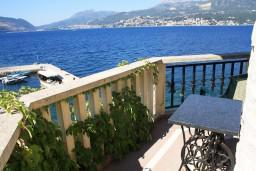 Балкон. Черногория, Росе : Апартамент для 8 человек с двумя отдельными спальнями, с двумя ванными комнатами, с балконом и шикарным видом на море