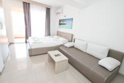 Студия (гостиная+кухня). Черногория, Рафаиловичи : Студия с балконом с шикарным видом на море, на берегу моря в Рафаиловичах