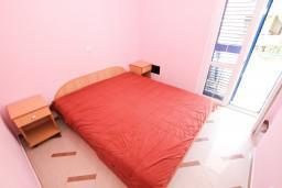 Спальня. Черногория, Рафаиловичи : Апартамент с отдельной спальней, 70 метров до моря