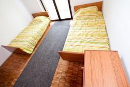 Спальня 4. Черногория, Бечичи : Второй этаж (с отдельным входом с улицы) небольшого двухэтажного домика окруженного зеленью пальм и экзотических деревьев в тихом районе Бечичи. 4 спальни, кухня, коридор, балкон, 300 метров до моря.