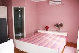 Спальня. Черногория, Игало : Дом с шикарным зелёным садом с гостиной,  с 4-мя спальнями, 4-мя ванными комнатами,  с кухней, стиральной машинкой, Wi-Fi, расположен на самом берегу моря в Игало, на территории дома лежаки, барбекю.