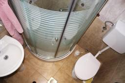 Ванная комната. Черногория, Игало : Дом с шикарным зелёным садом с гостиной,  с 4-мя спальнями, 4-мя ванными комнатами,  с кухней, стиральной машинкой, Wi-Fi, расположен на самом берегу моря в Игало, на территории дома лежаки, барбекю.