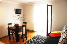 Гостиная. Черногория, Игало : Дом с шикарным зелёным садом с гостиной,  с 4-мя спальнями, 4-мя ванными комнатами,  с кухней, стиральной машинкой, Wi-Fi, расположен на самом берегу моря в Игало, на территории дома лежаки, барбекю.