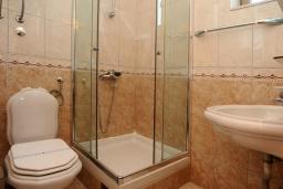 Ванная комната. Черногория, Бечичи : Двухместный номер с балконом