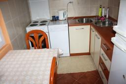 Кухня. Черногория, Обала Джурашевича : Апартамент для 6 человек с двумя отдельными спальнями с балконом и видом на море