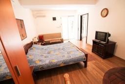 Спальня. Черногория, Бечичи : Апартамент для 9-10 человек, с 3 отдельными спальнями, с гостиной, комнаты объединены общим приватным двориком-террасой со своей жаровней