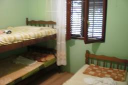 Дом в Зеленике, площадью 100м2. С двумя 2-х комнатными апартаментами с террасой, с видом на сад. 2км до моря.  в Зеленике