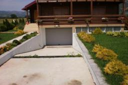Дом в Грахово, площадью 312м2, с земельным участком площадью 1100м2. Три 3-х комнатных апартамента, гараж, бассейн.  в Которе