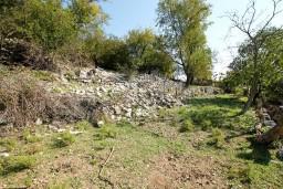 Земельный участок на Сушчепане 2000м2. На участке старый разваленный дом. в Герцег Нови