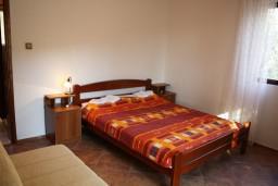 Спальня. Черногория, Жанице / Мириште : Апартамент с отдельной спальней, с балконом и видом на сад