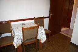 Гостиная. Черногория, Жанице / Мириште : Апартамент с отдельной спальней, с балконом и видом на сад
