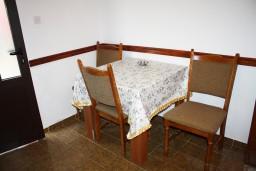 Обеденная зона. Черногория, Жанице / Мириште : Апартамент с отдельной спальней, с балконом и видом на сад