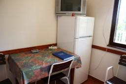 Кухня. Черногория, Жанице / Мириште : Апартамент для 8 человек с тремя отдельными спальнями, с террасой и видом на сад