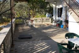 Терраса. Черногория, Жанице / Мириште : Апартамент для 8 человек с тремя отдельными спальнями, с террасой и видом на сад