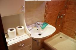 Ванная комната. Черногория, Жанице / Мириште : Апартамент для 8 человек с тремя отдельными спальнями, с террасой и видом на сад