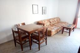 Гостиная. Черногория, Петровац : Апартамент в Петроваце с балконом в 250 метрах от моря
