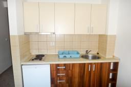 Кухня. Черногория, Петровац : Апартамент в Петроваце с балконом в 250 метрах от моря