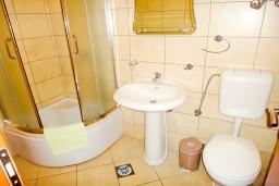 Ванная комната. Черногория, Петровац : Апартамент в Петроваце с балконом в 250 метрах от моря