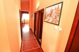 Коридор. Черногория, Жанице / Мириште : Апартамент для 4-5 человек, с двумя отдельными спальнями, с балконом с видом на море, 80 метров до пляжа