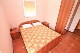 Спальня. Черногория, Жанице / Мириште : Апартамент для 4-5 человек, с двумя отдельными спальнями, с балконом с видом на море, 80 метров до пляжа