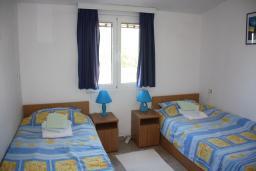 Спальня 2. Черногория, Жанице / Мириште : Апартамент для 5 человек с двумя отдельными спальнями, с балконом и видом на сад