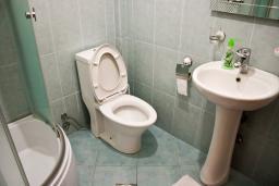 Ванная комната. Черногория, Булярица : 2-х этажный дом с 2-мя спальнями,  с 2-мя ванными комнатами, с зеленым садом, Wi-Fi, на территории мангал для шашлыка.