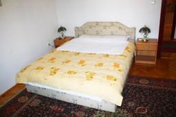 Спальня. Черногория, Герцег-Нови : Большой 3-х этажный дом с 8 отдельными спальнями, с кухней и ванной на каждом этаже, с зеленым садом.