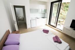 Студия (гостиная+кухня). Черногория, Петровац : Современная студия в 200 метрах от моря