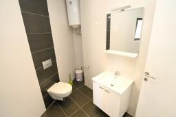 Ванная комната. Черногория, Петровац : Современная студия в 200 метрах от моря